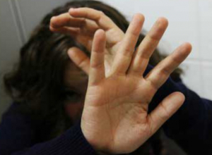 Спасая жену от самоубийства, ростовчанин «ласково» избил ее до полусмерти статуэткой