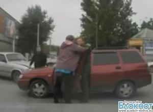 Из-за разбитой машины разъяренная жительница Таганрога напала на участника ДТП. видео
