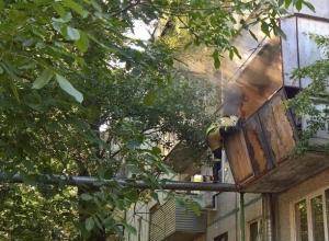 Двоих маленьких детей увезли в реанимацию из горящей квартиры в Ростове
