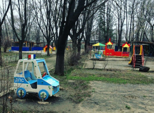 Затаился и ждет своего часа в кустах детского сада автомобиль ДПС в Ростове