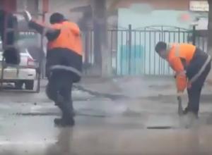 Возмутительная укладка асфальта в лужи рядом с проспектом Стачки в Ростове попала на видео