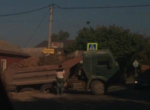 Огромный КамАЗ с грузом засосало в асфальт в «опасно дырявом» городе Ростовской области