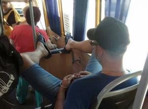 Ростовский быдло-царёк с ногами-рогатками разозлил пассажиров автобуса