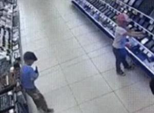 Двое малышей весело и бесцеремонно ограбили магазин техники в Ростове на видео