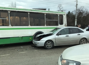 Иномарка на скорости протаранила автобус в Ростове: пострадала пассажирка