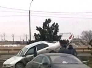 Фото курьезно въехавшего задом на отбойник водителя иномарки привело к состязанию ростовчан в остроумии