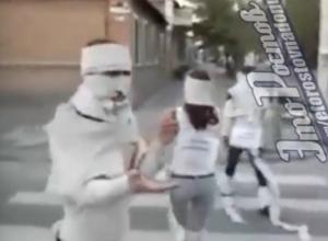 «Туалетные монстры» прогулялись по улицам Ростова на видео
