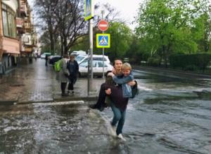 Сделавший приятное блондинке на мокрой улице Ростова «рыцарь» в белых кроссовках восхитил горожан