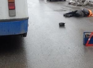 В Ростове троллейбус насмерть задавил поскользнувшуюся пенсионерку