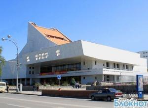 В Ростовском музтеатре зрителям запретили подниматься на сцену и дарить цветы артистам