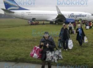 В Ростове самолет выкатился за пределы взлетно-посадочной полосы, очевидцы сняли ЧП на видео