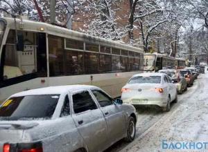 Выпавший снег вновь парализовал движение в Ростове-на-Дону