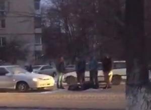 В Ростове-на-Дону перебегающих дорогу в неположенном месте женщину и ребенка сбил автомобиль