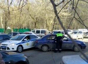 Задом «поцеловал» машину ГАИ сбежавший с парковки седан в Ростове