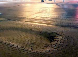 Опасный провал брусчатки на перекрестке в центре Ростова возмутил горожан