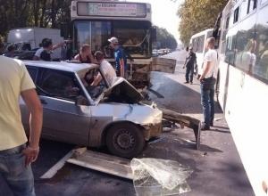 В Ростове пассажирский автобус № 26 врезался в иномарку: пострадала женщина-водитель