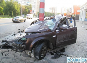В Ростове Audi влетела в столб: 1 погиб, 2 в тяжелом состоянии. ФОТО