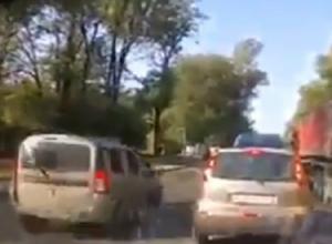 Эпичный проезд по встречке  спешащего навстречу приключениям водителя попал на видео в Ростове