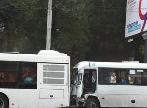 Маршрутка влетела в автобус на Стачки в Ростове, пострадали люди