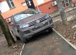 Мастер-класс по парковке на тротуарах преподал коллегам-автохамам водитель иномарки в Ростове