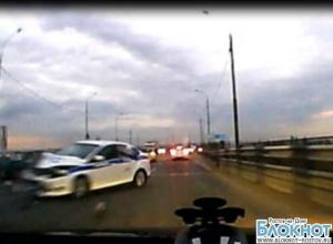 В Ростовской области «восьмерка» лоб в лоб врезалась в полицейскую машину. ВИДЕО