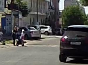 Несущийся на красный лихач на «Порше»  попал на видео в Ростове