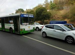 Потерявший управление рейсовый автобус въехал в белый Hyundai в Ростове