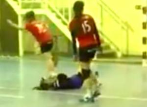 Шокирующее видео: ростовская гандболистка специально наступила на голову москвички