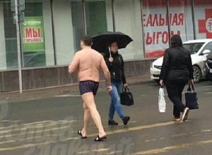 Обнаженный «любовник» в шлепанцах устроил удивившую жителей Ростова вылазку под дождем