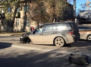 В Ростове «Мерседес», выехав на встречку, протаранил три иномарки. Фото