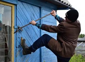 Женщина и двое мужчин месяцами обворовывали дачный дом в Ростовской области