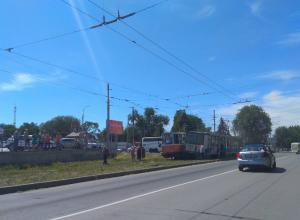 Очумевший от скорости трамвай соскочил с рельсов и ударил «рогатого брата» под Ростовом
