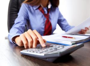 Главбух средней школы в Ростовской области 2 года выводила бюджетные деньги на свою банковскую карту