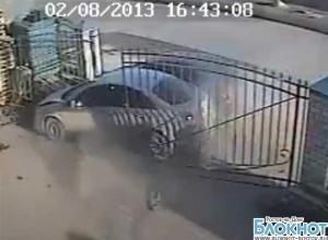 В Таганроге две иномарки протаранили ворота склада, камеры видеонаблюдения зафиксировали ЧП