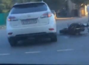 Мотоцикл и иномарка не поделили дорогу в северном микрорайоне Ростова