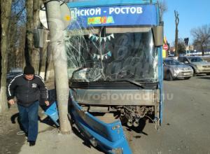 Пассажирский автобус врезался в столб после тройного ДТП с легковушкой и маршруткой в Ростове