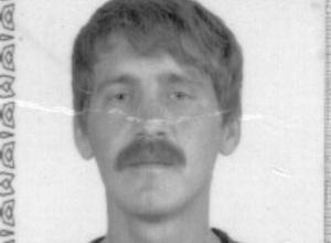 Моложавого голубоглазого мужчину в камуфляжных шортах разыскивают в Ростовской области