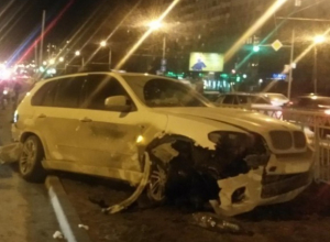 В Ростове «БМВ-Х5» протаранил «Деу»: пассажирка вылетела через стекло