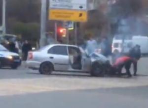 Набитую пассажирами маршрутку протаранил Hyndai Accent и загорелся от удара в Ростове