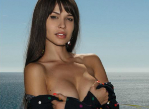 С агрессивно обнаженной грудью вышла на бой с «армией вампиров» звезда Playboy из Ростова