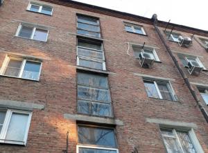 Трухлявое окно обвалилось с четвертого этажа подъезда многоэтажки на головы прохожим в Ростове