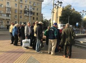 Ростовчанка на собственные средства кормит голодных пенсионеров
