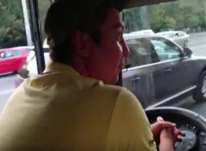 Средний палец показал водитель автобуса попросившему не простаивать на остановке ростовчанину на видео