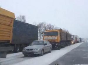 В Ростовской области на границе с Кубанью автомобилисты второй день стоят в огромной пробке