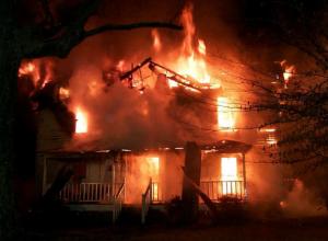 Женщина погибла при пожаре в частном доме с аварийной проводкой в Ростовской области