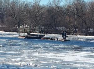 Три часа с риском для жизни вытаскивали из ледяной воды человека отчаянные спасатели в Ростовской области