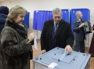 Губернатор Ростовской области с очаровательной супругой Ольгой приняли участие в голосовании