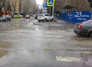 Возмущенные пешеходы начали тонуть в огромной луже на зебре в Ростове