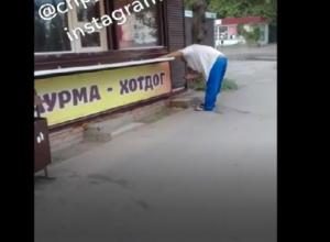 Ростовская шаурма «попросилась наружу» из приготовившего ее продавца