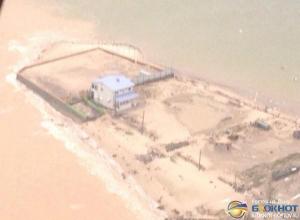 На Дону из-за шторма унесло в море снаряжение серферов стоимостью более миллиона рублей. Видео
